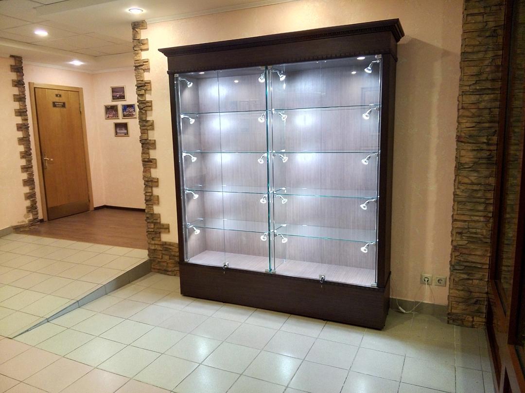 Пристенные шкафы в ювелирном магазине фото